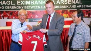 Arsenal's Marketing Director Angus Kinnear offers an Arsenal jersey to Le Hung Dung, Vice Chairman of Vietnam Football Federation