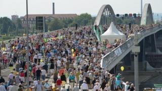 Crowds on the Waldschloesschen bridge, Dresden (24 August)