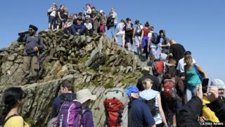 Walkers form queue at Snowdon's peak