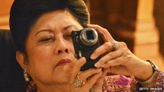 Ani Yudhoyono taking a photograph