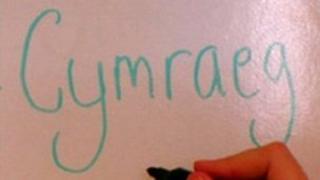 """Dywed y llythyr y dylid rhoi'r gorau i'r cysyniad o """"ddysgu'r Gymraeg yn ail iaith""""."""