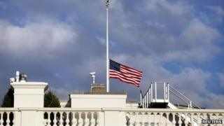 A flag flies at half-mast over the White House (16 September 2013)