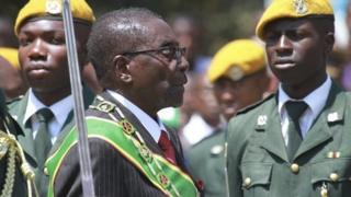 Zimbabwe's Robert Mugabe inspects a guard of honour (17 September 2013)