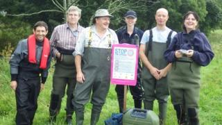 Conservationists on the mussel project