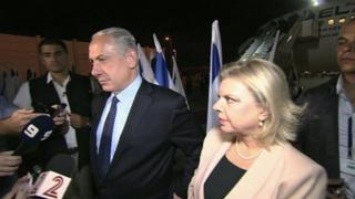 Israel PM Benjamin Netanyahu with his wife Sara at Ben Gurion airport (28 Sept)