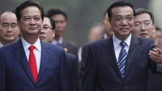 Chinese Premier Li Keqiang (right) has met his Vietnamese counterpart Nguyen Tan Dung to improve bilateral ties