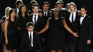 Cast of Glee singing