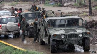 Mexican soldiers help to evacuate residents as Hurricane Raymond approaches in Coyuca de Benitez on 21 October, 2013