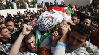 Mourners carry the body of Anas al-Atrash in Hebron (8 November 2013)