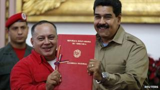 Nicolas Maduro (r) signed the bill watched by National Assembly President Diosdado Cabello. 19 Nov 2013