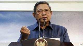 Indonesian President Susilo Bambang Yudhoyono gestures during a press conference at Palace in Jakarta, Indonesia, 20 November 2013