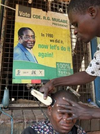 Man getting his hair cut in Harare (file photo)