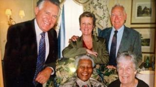 Roedd Nelson Mandela yn gyfaill i deulu Peter Hain