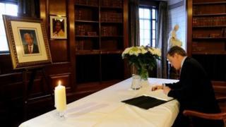 David Cameron signs Mandela condolence book