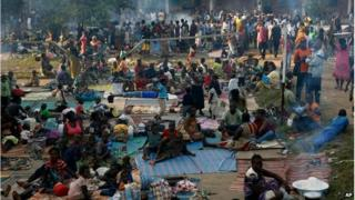 Internally displaced people gather in the Don Bosco Center outside Bangui (7 Dec 2013)