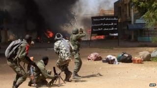 Malian soldiers fight in the city of Gao on February 21, 2013
