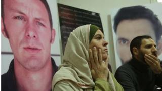 Monica Prieto, wife of kidnapped El Mundo correspondent Javier Espinosa (left portrait) and Iraqi journalist Ghait Abdul-Ahad (in front of portrait of kidnapped photographer Ricardo Garcia Vilanova) at news conference in Beirut (10/12/13)