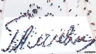 Flash mob recreates ex-president's signature