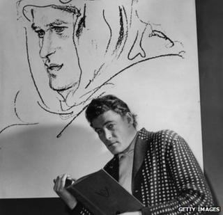 Peter O'Toole studying for his roile in Lawrence of Arabia