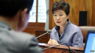 South Korean President Park Geun-Hye meets government officials. Photo: 16 December 2013