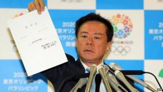 File photo: Tokyo Governor Naoki Inose shows the $500,000 IOU during a press conference at the Tokyo metropolitan government office on 26 November 2013