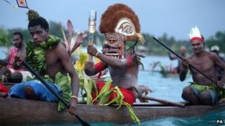 Y Baton yn teithio ar ganw pren o ynys Kavieng i Nusa yn Papua Gini Newydd