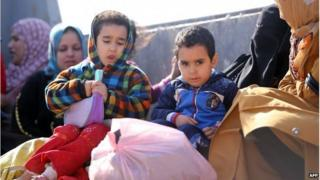 Children who have fled Fallujah at a checkpoint in Karbala province (7 6 April 2014)