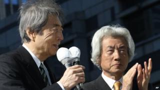 Former Prime Minister Morihiro Hosokawa (L), accompanied by former Prime Minister Junichiro Koizumi (R), kicks off his Tokyo gubernatorial election campaign in Tokyo on 23 January 2014