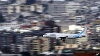 Tame plane landing in Quito