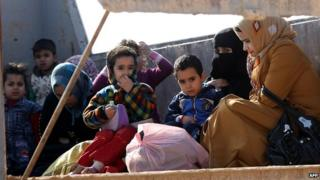 Women and children fleeing fighting in Anbar province (6 Jan)