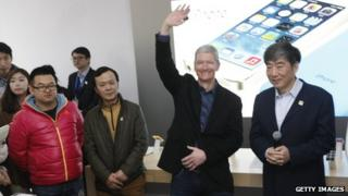 Tim Cooke and others in front of iPhone picture