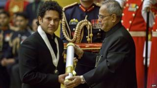 "India cricketer Sachin Tendulkar (L) receives ""Bharat Ratna"" award from President Pranab Mukherjee in Delhi on February 4, 2014"