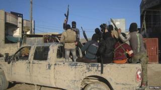 Masked gunmen patrol Falluja (8 February 2014)
