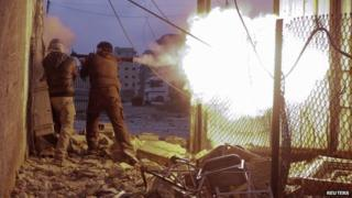 Syrian rebels fire a rocket-propelled grenade in Damascus (30 January 2014)