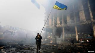 Protester with Ukrainian flag, Kiev (20 Feb)