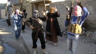 Militants on patrol in Fallujah (12 February 2014)