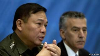 Armed Forces of the Philippines (AFP) chief Emmanuel Bautista (L) talks during the Foreign Correspondents Association of the Philippines (FOCAP) annual prospects forum as he sits beside US Ambassador to the Philippines Philip Goldberg (R) in Manila, on 24 February 2014