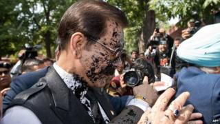 Ink was thrown on Sahara chairman Subrata Roy as he arrived at the Supreme Court in Delhi on 4 March 2014