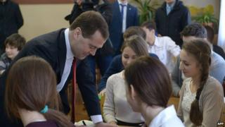 Russia's Prime Minister Dmitry Medvedev (L) visits a classical school in the Crimean capital Simferopol (March 31, 2014)