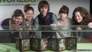 Students with Chinese artefact
