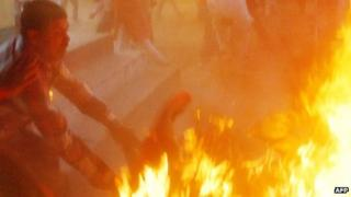 Fire attack on Indian politician in Sultanpur on 28 April 2014