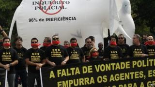 Federal police protest in Rio de Janeiro, on May 7, 2014.