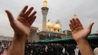 Shia pilgrims pray at the Imam Moussa al-Kadhim shrine in Baghdad (22 May 2014)