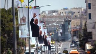 Banners showing Pope Francis and Mahmoud Abbas, Bethlehem (23/05/14)