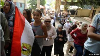 Egyptians queue at polling station in Cairo (26/05/14)