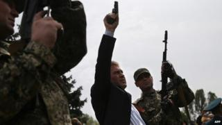 Sloviansk self-proclaimed Mayor Vyacheslav Ponomaryov with his forces, 9 May