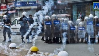 Riot police firing tear gas in Ankara (1 June 2014)