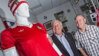 Former Wrexham FC star Dixie McNeil (l) and Wrexham fan Geoff Reynolds
