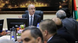 Prime Minister Rami Hamdallah chairs the first meeting of the Palestinian unity government in Ramallah (3 June 2014)