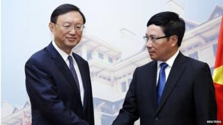 Chinese State Councillor Yang Jiechi (left) shakes hands with Vietnamese Foreign Minister Pham Binh Minh at the Government's Guesthouse, in Hanoi 18 June 2014.